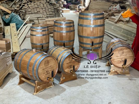 thùng gỗ sồi ủ rượu trưng bày bày